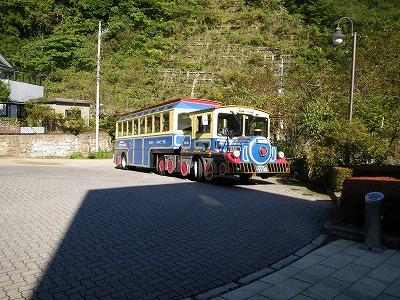 機関車バス