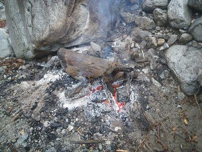 別パーティの焚き火跡