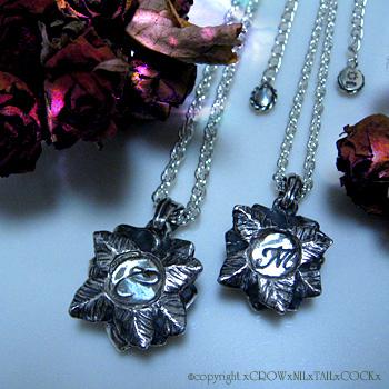 オーダーメイド 薔薇と女性器モチーフのネックレス