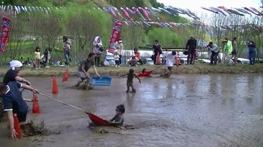 長沢鯉のぼり祭り2 どろんこカヌー 落ちる