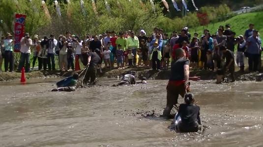 長沢鯉のぼり祭り2 どろんこカヌー こける