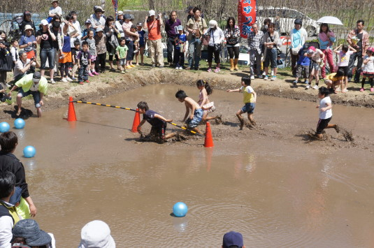 長沢鯉のぼり祭り2 どろんこレース くぐる