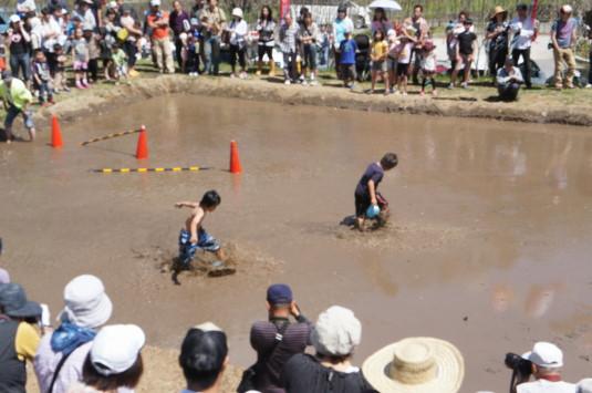 長沢鯉のぼり祭り2 どろんこレース ボールを蹴る