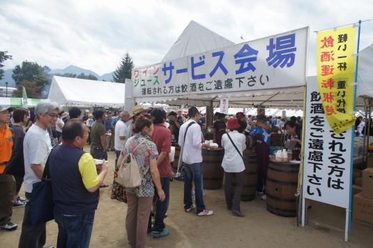 かつぬまぶどう祭り ワイン試飲 中央