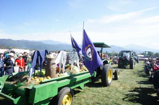 ポールラッシュ祭 トラクターパレード 収穫