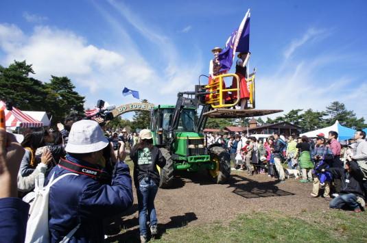 ポールラッシュ祭 トラクターパレード フォークリフト
