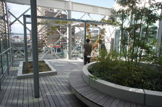 山梨県立図書館 中庭