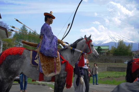 勝山やぶさめ祭り 富士山と馬