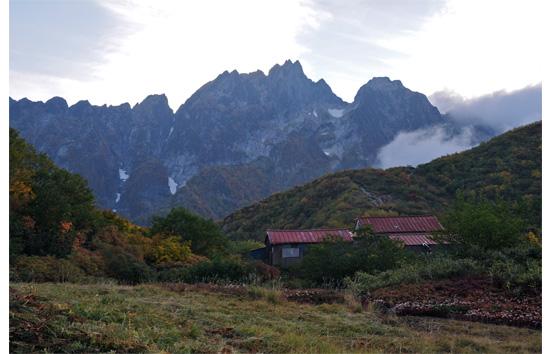 夕刻の山小屋