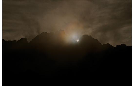 三の窓に沈む太陽