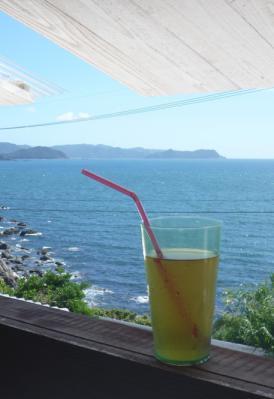 窓辺の海とグラス