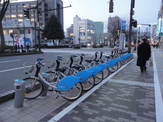 青い自転車市役所前-whDSC05408