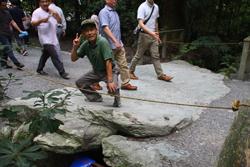 亀石に乗るおじさん