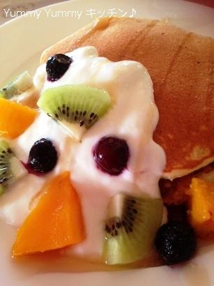 パンケーキヨーグルトフルーツのせメープルシロップがけ縦 ブログ用