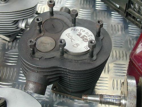 800px-Side_valves_engine_top