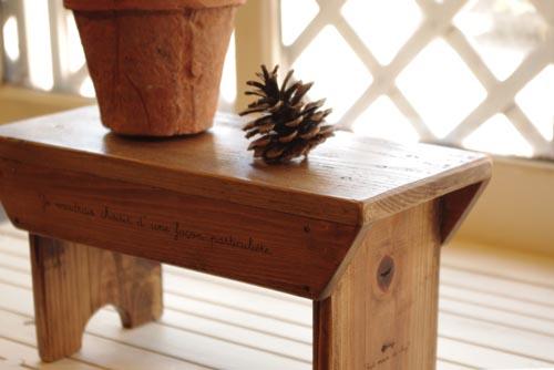 アンティーク風な木製スツール