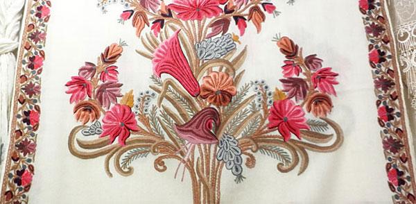 白地のアーリ刺繍ストール