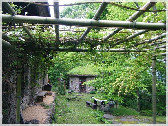 パーゴラ越しの丸い小屋