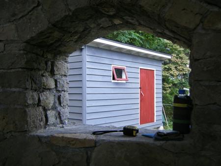 石積みの家の窓からの眺め border=