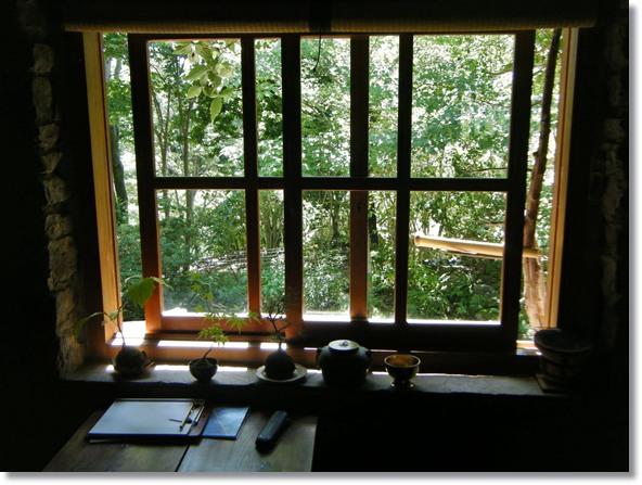 秋の光、窓の算木