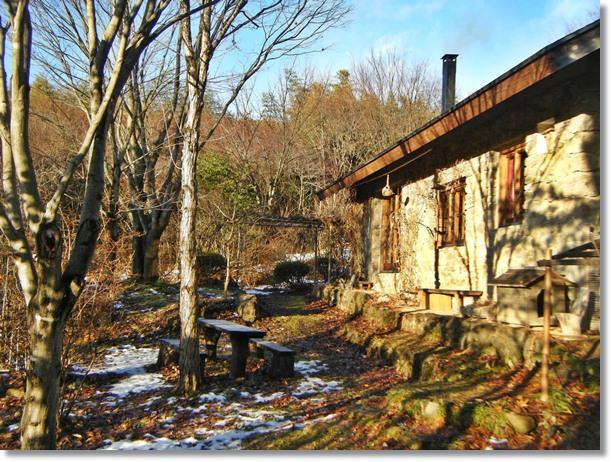 大晦日の石積みの家の朝