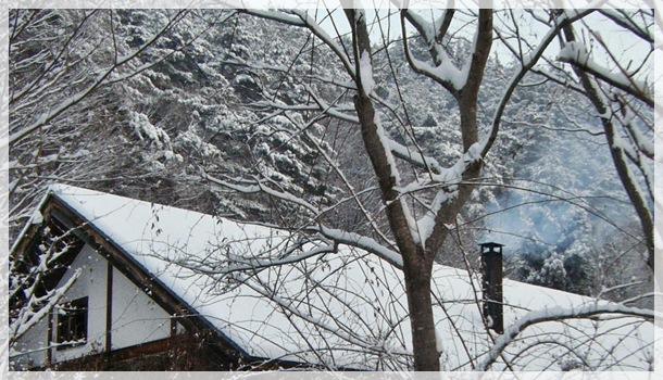 屋根の雪と煙突の煙