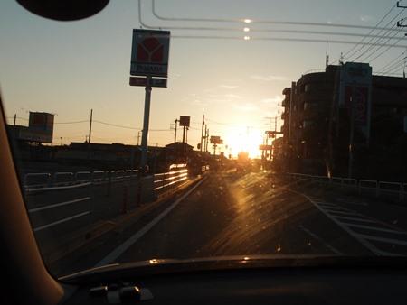 日の出の海の町