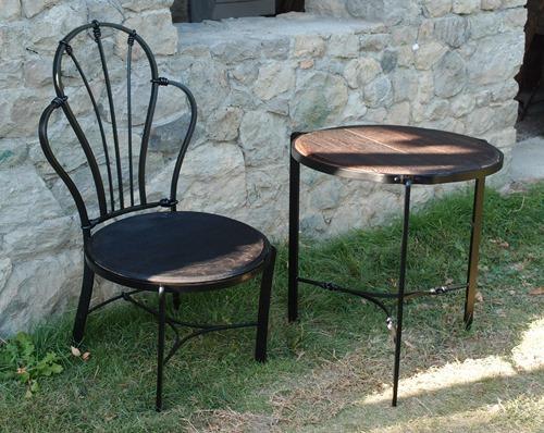 ロートアイアンのテーブルと椅子