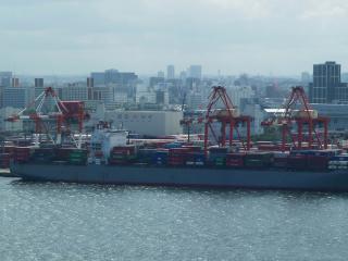 ガントリークレーンとコンテナ船