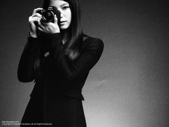 新しいカメラでOM-Dのカタログ写真をモノクローム撮影した写真(宮崎あおい)