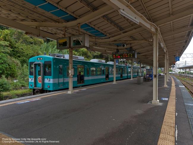 串本駅のホームと電車