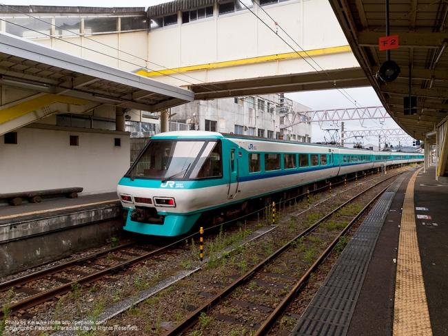 串本駅を出発した特急くろしお(381系)