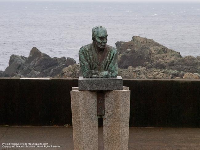 潮岬(しおのみさき)の下村宏の銅像