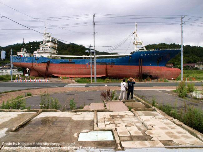鹿折唐桑駅前にある大型漁船