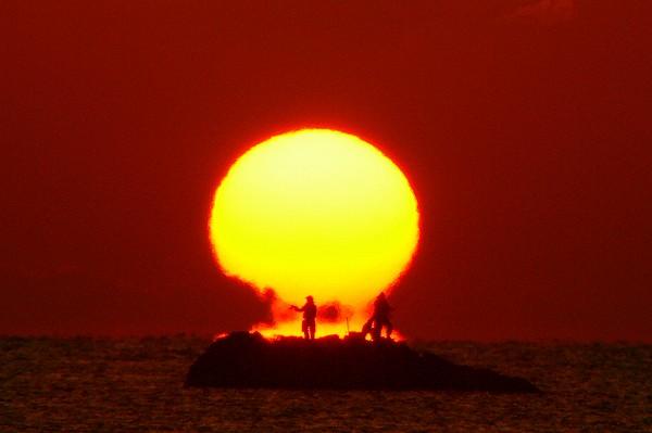 双名島からのだるま朝日と釣り人