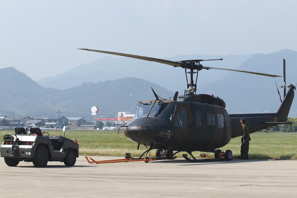 トーイングカーとUH-1J