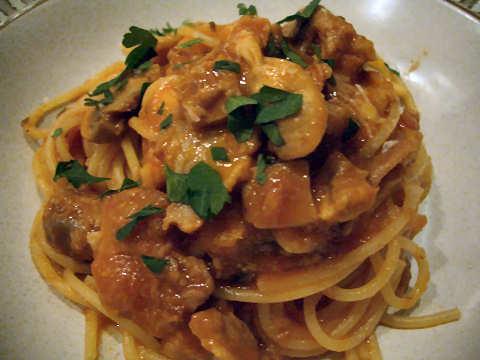 豚と茸のトマト煮込みスパゲティ@ピエトラサンタ